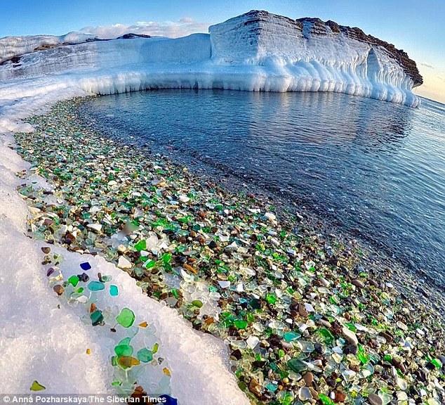 ロシアにあるガラスの海岸がとても綺麗で驚いた